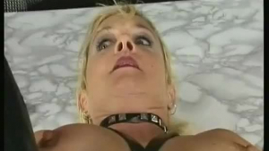 Sexy milf fingers her pussylips and pussy